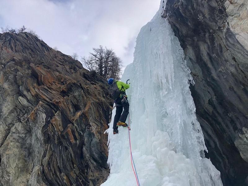 cascata di ghiaccio sorgente del falco guide alpine proup (1)