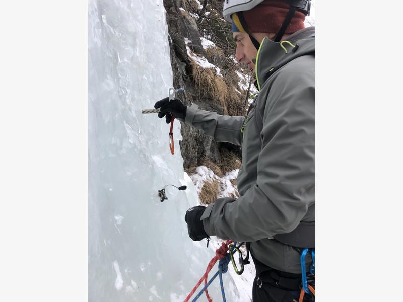 cascata di ghiaccio sorgente del falco guide alpine proup (16)