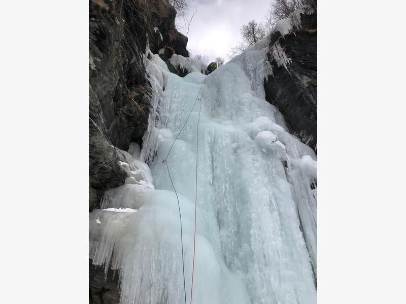 cascata di ghiaccio sorgente del falco guide alpine proup (3)